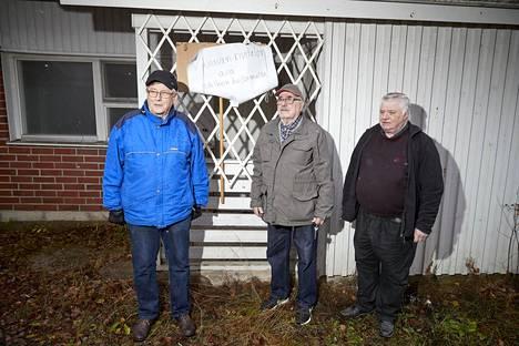 Sakari Jauhiainen (kesk) lähetti uppoavasta talosta viestiä myös presidentti Sauli Niinistölle, kun tämä vieraili viime kesänä Pälkäneellä. Vierellä isännöitsijä Veikko Tiainen ja ex-asukas Kalle Nikkilä.