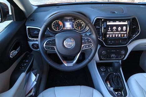 Kuljettajan edessä avautuva näkymä ei perustele sitä, että Cherokee maksaa Suomessa yhtä paljon kuin vastaava Audi Q5 tai Volvo XC60.