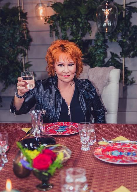 Vicky Rosti istuu ensimmäisenä Satulinnan illallispöydän päähän.