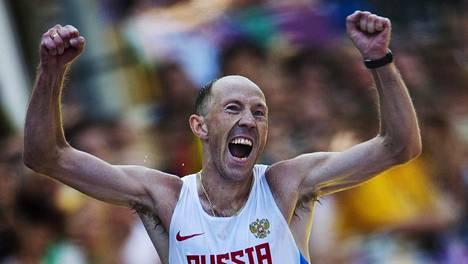 Sergei Kirdjapkin tuulettaa voitettuaan Lontoon olympialaisissa 50 kiometrin kävelykisan.