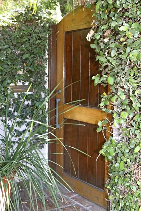 Nicole Brown Simpsonin entisen kotitalon ulkonäköä on muutettu. Hänet ja tarjoilija Ron Goldman murhattiin tämän oven takana vuonna 1994.