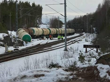 Erittäin herkästi syttyvän bensiinin lisäaineen, metyylitertiaaributyylieetterin (MTBE), kuljetukseen käytetty junavaunu suistui radalta Kinnin liikennepaikalla.