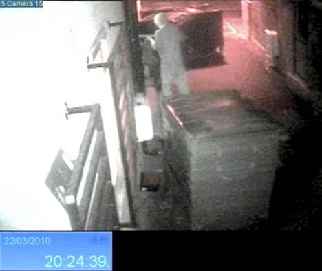 Murhaaja tallentui valvontakameraan, kun hän väijyi kohdettaan.