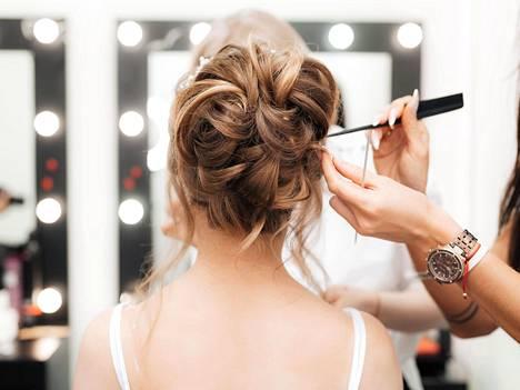 Juttelusta pitävä asiakas kertoo saavansa kampaajalta puheen lomassa myös hyviä hius- ja ihonhoitovinkkejä.