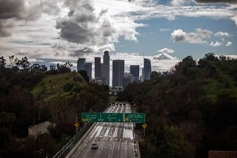 Los Angelesissa on hiljaista. Kalifornian kuvernööri on määrännyt osavaltion asukkaat eristyksiin koronaepidemian torjumiseksi.