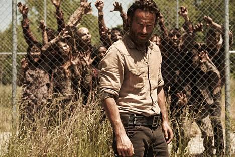 The Walking Dead -sarjassa pistetään elävien kuolleiden ja ihmisten luonteenpiirteet puntariin. Pääosassa on Andrew Lincoln.
