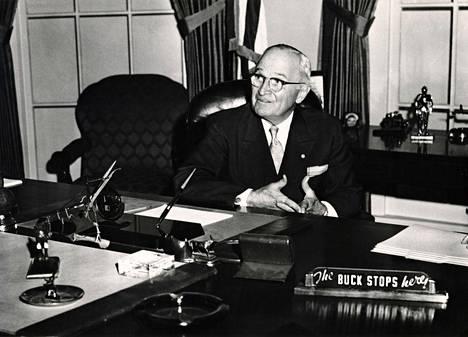 Minä vastaan loppujen lopuksi kaikesta, viestitti presidentti Harry S. Trumanin motto: The buck stops here.