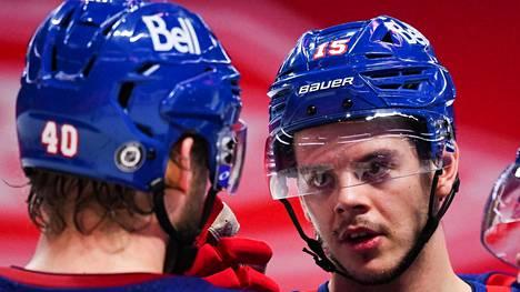 Joel Armia (vas.) ja Jesperi Kotkaniemi (oik.) ovat NHL:n koronalistalla. Kuva viime viikolta.