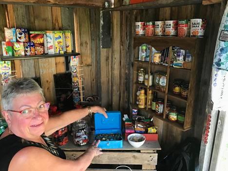 Leila Iholin esittelee kyläkaupan kassakirstua.