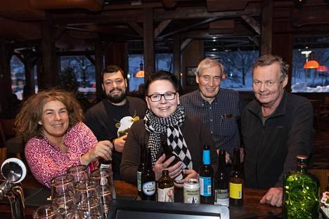 Alkoholittomien oluiden testiraadissa Aniko Lehtinen, Tommi Varli, Jonna Suojasalmi, Esko Pajunen ja Harri Ahola.
