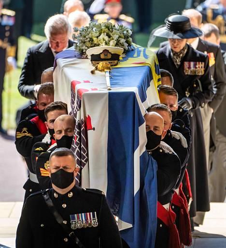 Prinssi Philip siunattiin Windsorin linnan mailla sijaitsevassa Pyhän Yrjön kappelissa. Hänen ruumistaan säilytetään siellä kuningatar Elisabetin kuolemaan saakka, jolloin heidät haudataan yhdessä.
