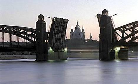 Pietaria ei turhaan sanota Pohjolan Venetsiaksi. Tämän näyn nähdäkseen kannattaa valvoa pikkutunneille kesäyössä.