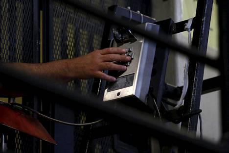 Vanki soittaa puhelimella sellistään San Quentinin vankilassa.