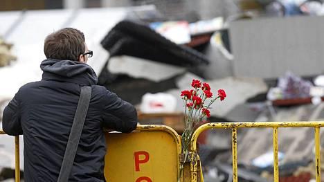 Kaupunkilaiset ovat tuoneet kukkia onnettomuuspaikalle.