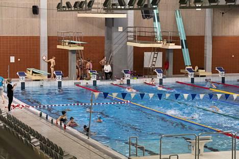 OULU: Raksilan uimahallissa polskittiin ainakin vielä tiistaina normaalisti.