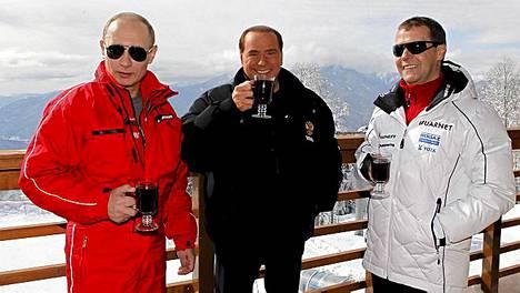 Kippis! Vladimir Putin, Silvio Berlusconi ja Dmitri Medvedev nauttivat after skiistä Sotshissa.