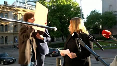 Black Lives Matter -mielenosoittaja ilmestyi kesken tiedotustilaisuuden ministeri Krista Kiurun (sd.) taakse.