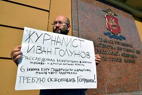 Venäläistoimittajat järjestivät perjantaina mielenosoituksen Golunovin vapauttamiseksi. Kuvassa toimittaja Ilya Azar.