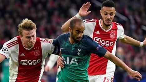 Tottenhamin Lucas Moura (keskellä) on iskenyt jo kaksi maalia Ajaxin verkkoon.