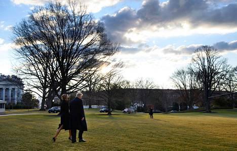 Trumpit poistuivat viimeisen kerran Valkoisesta talosta keskiviikkona aamulla. CNN:n mukaan Trump jätti perinteiden mukaisesti seuraajalleen Bidenille kirjeen virka-asuntoon.