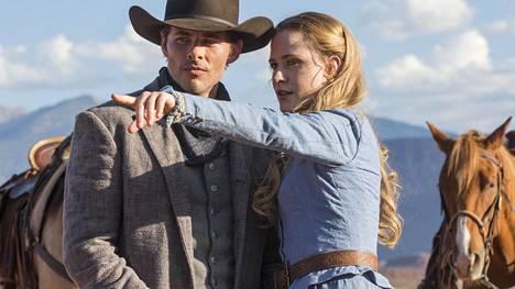 James Marsden ja Evan Rachel Wood näyttelevät Teddya ja Doloresta, jotka tajuavat olevansa robotteja lännenteemapuiston ohjelmoidussa ja valmiiksi käsikirjoitetussa näytelmässä.