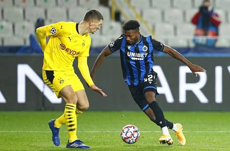 Emmanuel Dennis harhautteli Borussia Dortmundin Thomas Meunieria, kun joukkueet kohtasivat myös Mestarien liigan edellisellä kierroksella, 4. marraskuuta.