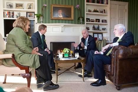 Joe Biden keskustelee Irlannin silloisen pääministerin Enda Kennyn ja tämän vaimon kanssa virka-asuntonsa kirjastohuoneessa.