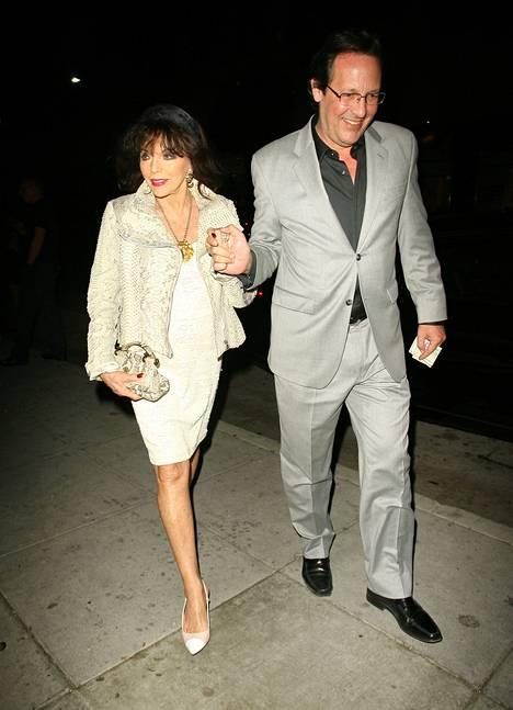 Paparazzit ikuistivat helmikuussa Beverly Hillsissä illalistaneen Joan Collinsin aviomiehensä Percy Gibsonin kanssa.
