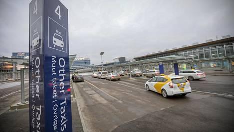Helsinki-Vantaan lentoaseman neljännellä kaistalla ovat muiden taksiyhtiöiden taksit.