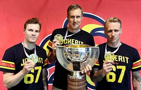 Mikko Lehtonen (vas.), Marko Anttila ja Veli-Matti Savinainen esittelivät kultamitalejaan kesäkuussa.