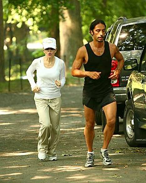 Madonnaa ja Carlos Leonia yhdistävät lapsi Lourdes ja New York. Viime vuonna ex-pari lenkkeili yhdessä Keskuspuistossa.
