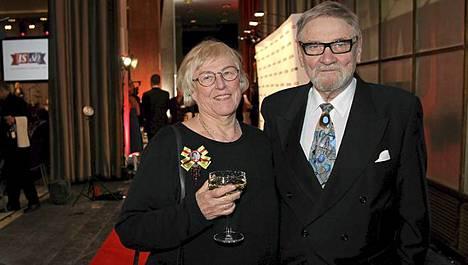 IS:n TV-lehden kolumnisti Jukka Virtanen ja vaimonsa Liisa olivat mukana IS:n juhlissa.