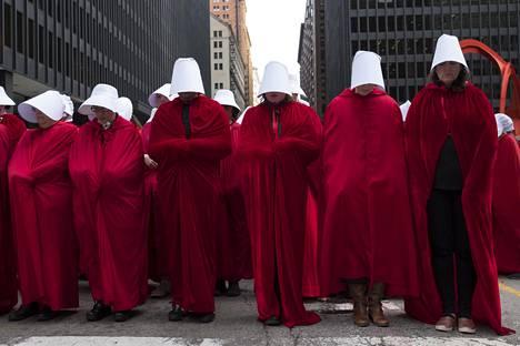 Sadat naiset pukeutuivat Chicagossa Handmaid's Tale -asuihin protestoidakseen Yhdysvaltojen uusia aborttilakeja vastaan.