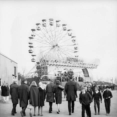 Linnanmäen kevään uutuuksiin kuulunut Maailmanpyörä esiteltiin vappuaattona 30.4.1964.