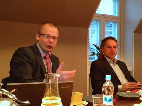 EMC:n maajohtaja Oula Maijala ja keskustelupaneelin puheejohtajana toiminut tietokirjailija Petteri Järvinen hämmästelevät yritysjohdon suurta epäluottamusta it-infraa kohtaan.