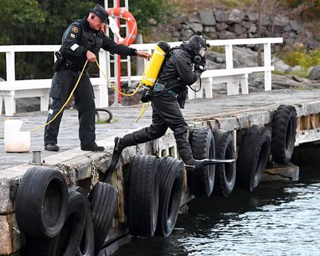 Rajavartiolaitoksen sukeltajat tekivät turvatoimia Suomenlinnan rannassa.