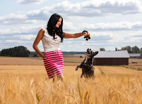 Asuminen omillaan metsikön keskellä tuntui Marika Kiviharjusta aluksi pelottavalta. Moskovasta pelastettu valloittava Busiya-koira tuo turvaa.