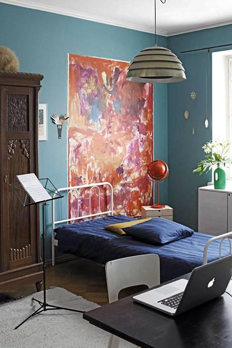 Jaanis Kerkis kuvasi uuden sisustuskirjan asunnot. Tässä huoneessa huomio kiinnittyy lasten tekemään taideteokseen. Huomaa valkoiset raamit maalauksen ympärillä. Ne antavat viimeisen silauksen.