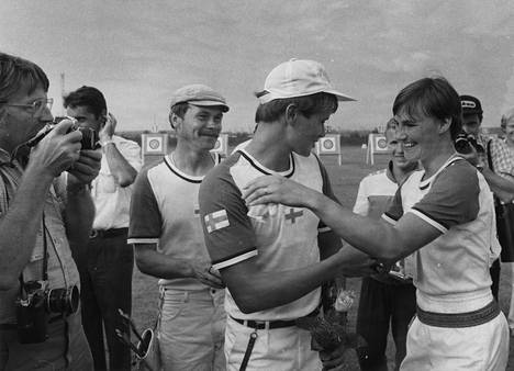 Suomalaisista jousiammunnan olympiamitalin ovat saavuttaneet mm. Kyösti Laasonen (kolmas vas.), Tomi Poikolainen ja Päivi Meriluoto (nyk. Aaltonen). Laasonen onnittelee kuvassa olympiakultamitalisti Poikolaista ja -pronssimitalisti Meriluotoa Moskovassa 1980. Ketään heistä ei työvoimatoimistoissa määritelty ammattilaisiksi.