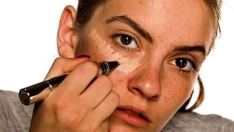 Silmänalusten tummuudesta riippuen niiden peittämiseen sopii joko kevyempi valokynä tai pigmenttisempi peitevoide.
