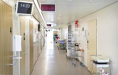 Naistenklinikan käytävillä ei näy onnellisia isoäitejä eikä edes isiä tai muita tukihenkilöitä. Vierailut on sairaalassa kielletty, ettei koronavirus pääsisi osastoille.