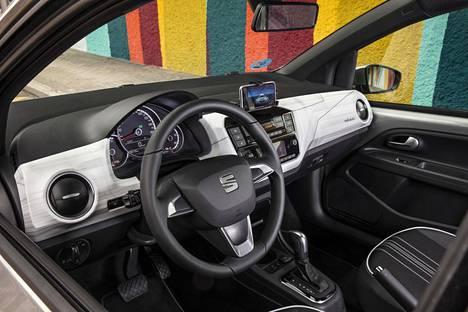 Mii electriciin on tarjolla kaksi varustelutasoa. Lähtötaso tarjoaa muun muassa vakiona monitoiminäytön, audiojärjestelmän viiden tuuman värinäytöllä, halogeeniajovalot, Bluetooth ja USB-liitännät, navigoinnin DriveMii-sovelluksen kautta ja automaattisen ilmastoinnin.