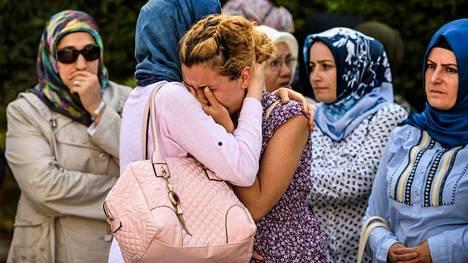 Omaiset surivat terrori-iskussa surmansa saanutta miestä Istanbulissa keskiviikkona.
