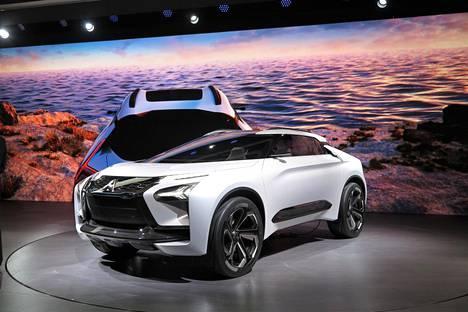 Mitsubishi e-Evolution haluaa ratsastaa legendaarisen Lancer Evon maineella. Autossa on peräti kolme sähkömoottoria ja AI (Artificial Intelligence) eli keinotekoinen äly on tärkeässä asemassa auton hallinnassa.