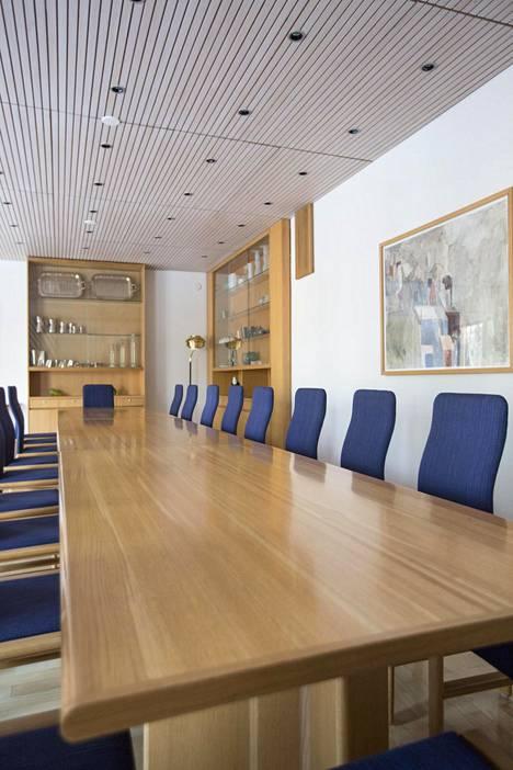Toisessa kerroksessa sijaitseva ruokailu-neuvottelutila on asiallinen ja hyllyiltä löytyy mm. suomalaista taidelasia.