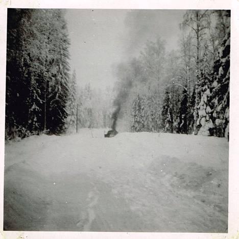 Puna-armeijan kuorma-auto palaa sissien väijytyksen jäljiltä tammikuun 1942 partiomatkalla.