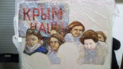 Krimin laitonta valtausta ylistävään mosaiikkiin on tulossa myös teksti Krim on meidän. Kuvassa mosaiikki keskeneräisenä.