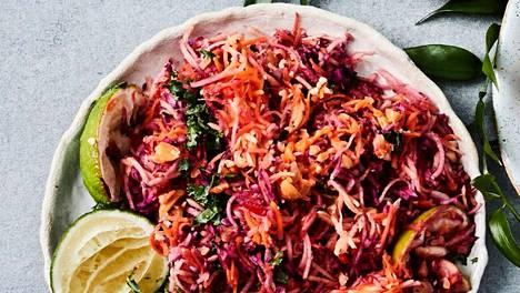 Salaatti on itsessään niin maukasta, että sen voi tajota pääruoaksi esimerkiksi paistetun lohen tai broilerin kanssa.