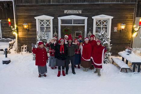 Palosaaret katsovat joulua lasten silmin. Tänä vuonna seurataan varsinkin alle kolmivuotiaan Helmin reaktioita. – Helmi ei muista aiempia joulujamme, Päivikki kertoo.