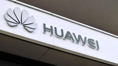 Huawein logo yhtiön liikkeen yläpuolella Berliinissä 28. lokakuuta 2019.